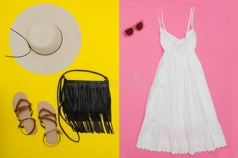 Biali sundress, czarna torebka, brązów buty i okulary przeciwsłoneczni, Brigh fotografia stock