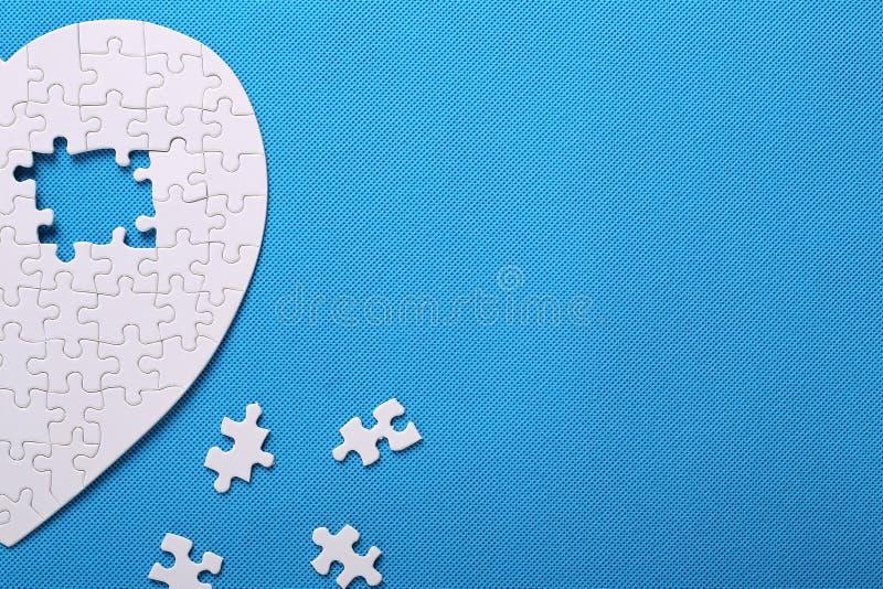 Biali szczegóły łamigłówka na błękitnym tle Łamigłówka jest pu obraz stock