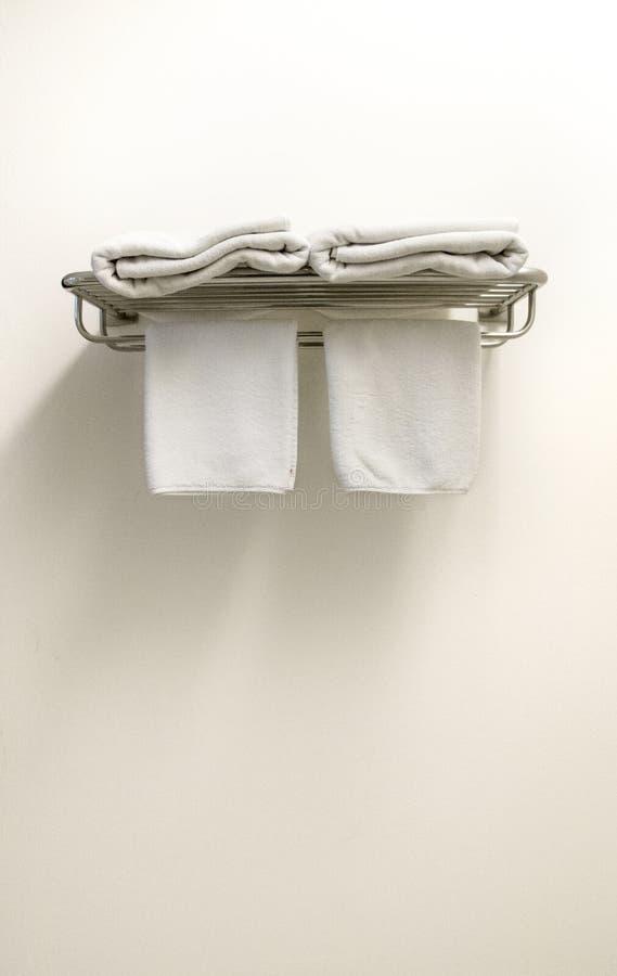 Biali Terry ręczniki na wieszaku obraz stock