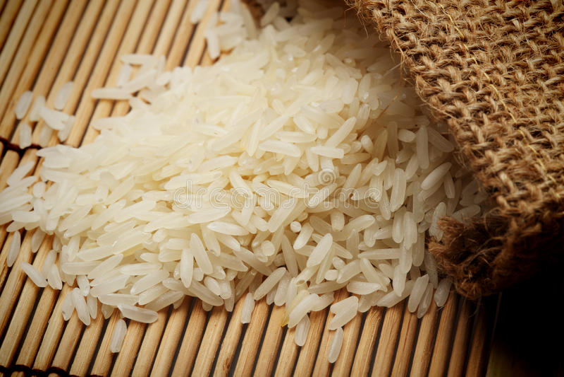 Biali uncooked ryż w małym worku obraz royalty free