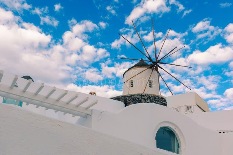 Biali wiatraczki w Oia, wyspa Santorini, Grecja zdjęcie royalty free