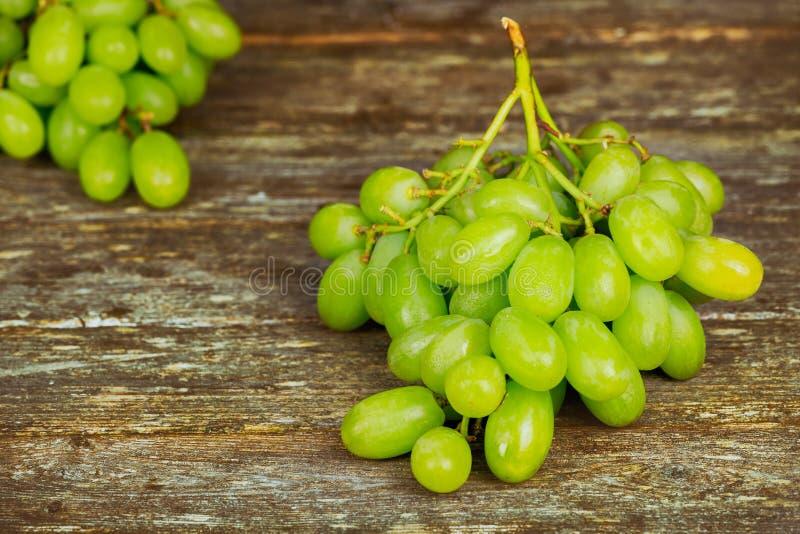 biali winogrona, prostacki bieliźniany płótno na drewnianej desce, zbliżenie zdjęcie stock