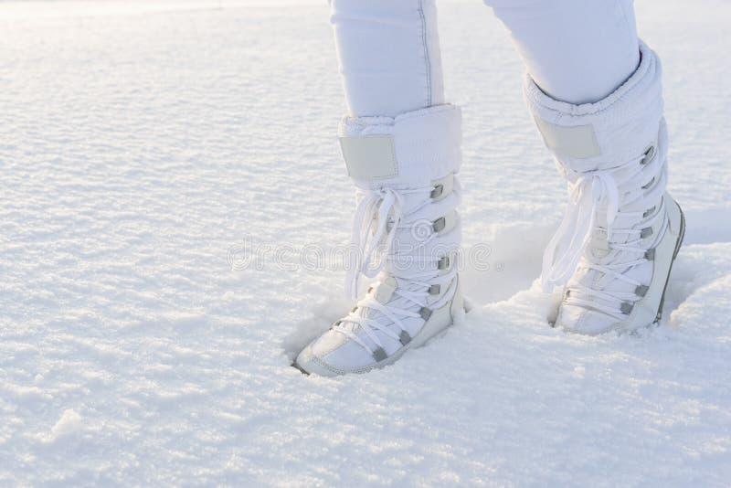 Biali zima buty na głębokim śnieżnym tle obraz royalty free