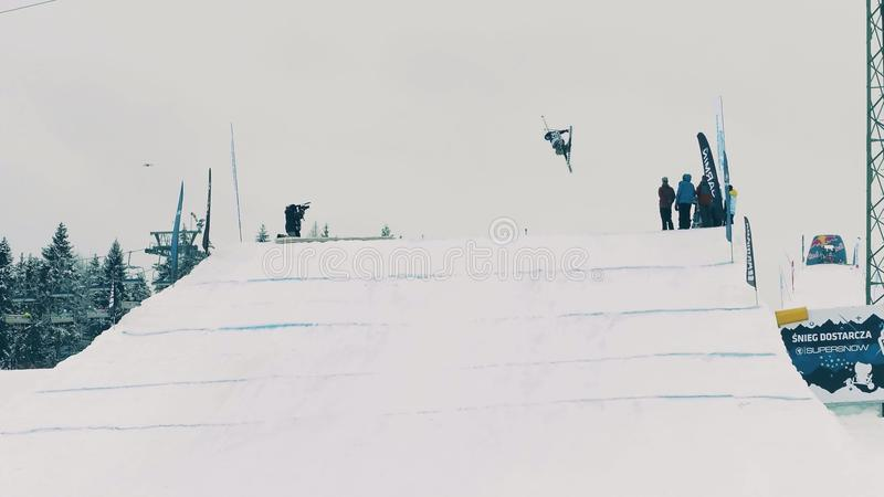 BIALKA TATRZANSKA,波兰- 2018年2月3日 执行在绷床的自由式滑雪者一个把戏 免版税库存图片