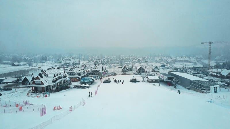 BIALKA TATRZANSKA, ΠΟΛΩΝΊΑ - 3 ΦΕΒΡΟΥΑΡΊΟΥ 2018 Εναέριος πυροβολισμός να κάνει σκι βουνών του τέλους κλίσεων στοκ εικόνα με δικαίωμα ελεύθερης χρήσης