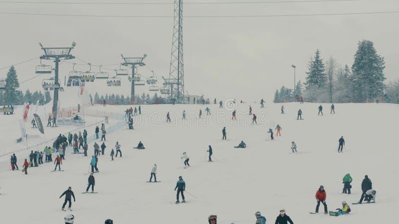 BIALKA TATRZANSKA POLSKA, LUTY, - 4, 2018 Ludzie jedzie na halnym narciarskim skłonie zdjęcie royalty free
