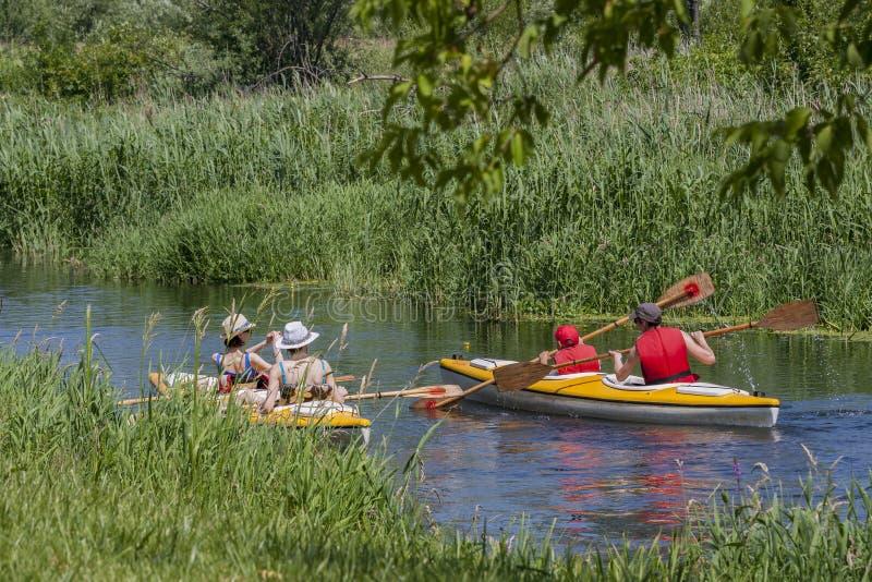 Bialystok,波兰, 2016年6月25日:乘独木舟的无条理的自然河 免版税库存照片