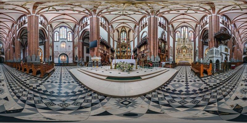 BIALYSTOK POLEN - JULI, 2019: full sömlös sfärisk hdripanorama 360 grader vinkelsikt inom inre av den gotiska katoliken arkivbilder