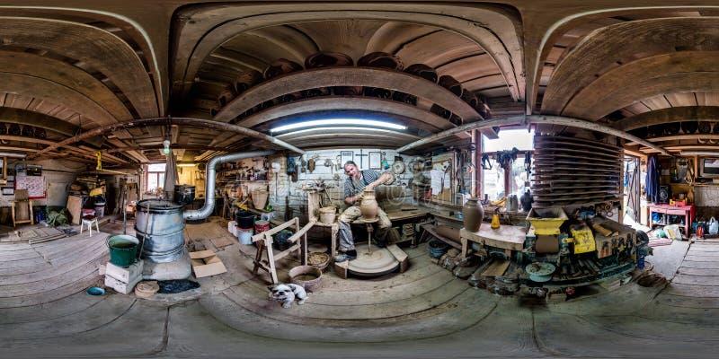 BIALYSTOK POLEN - JULI 2019: Full sfärisk sömlös hdripanorama 360 grader vinkelsikt i inre av hantverkarekeramikerstudion arkivfoton