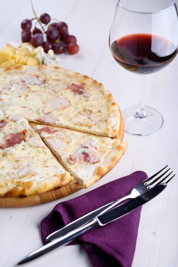Bianca de la pizza con el pollo, el jamón y la salsa cremosa en un tablero de madera imágenes de archivo libres de regalías