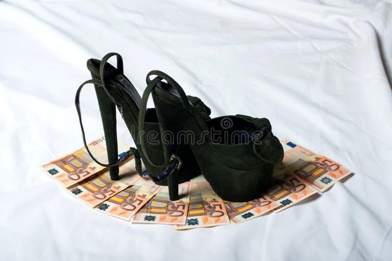 Biancheria intima del ` s delle donne Pattini del `s delle donne cose del ` s delle donne sui soldi fotografia stock