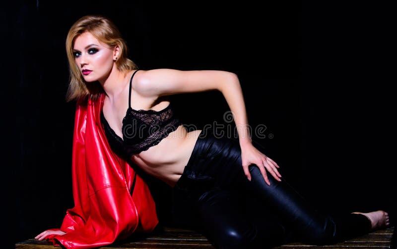 Biancheria intima femminile Forma fisica e dieta Bellezza e modo donna del motociclista in bomber e pantaloni seduction Modo sexy immagine stock libera da diritti