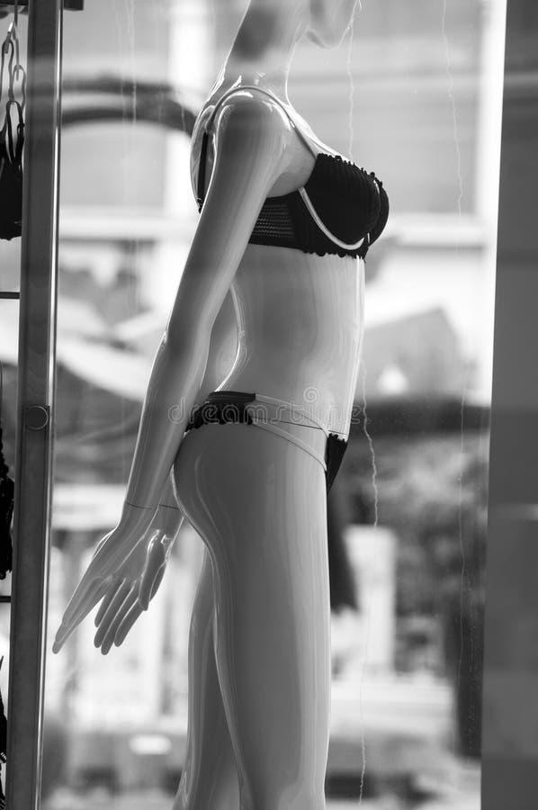biancheria intima nera sul manichino nella sala d'esposizione del deposito di modo per le donne immagine stock libera da diritti