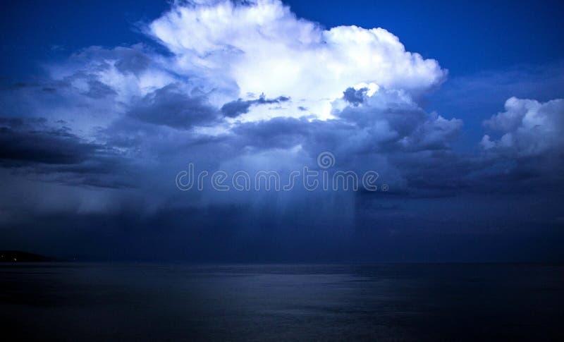 Bianco blu della pioggia del mare di tempesta di Mar Nero fotografia stock