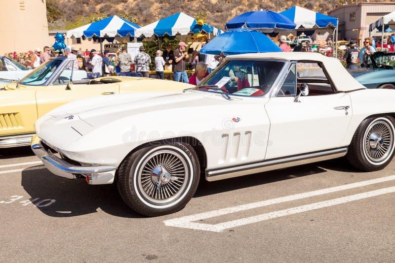 Bianco Chevrolet Corvette 1965 fotografia stock libera da diritti