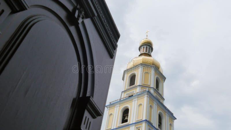 Bianco con le pareti gialle delle cupole dorate della chiesa, incroci Cielo blu su un fondo immagini stock libere da diritti
