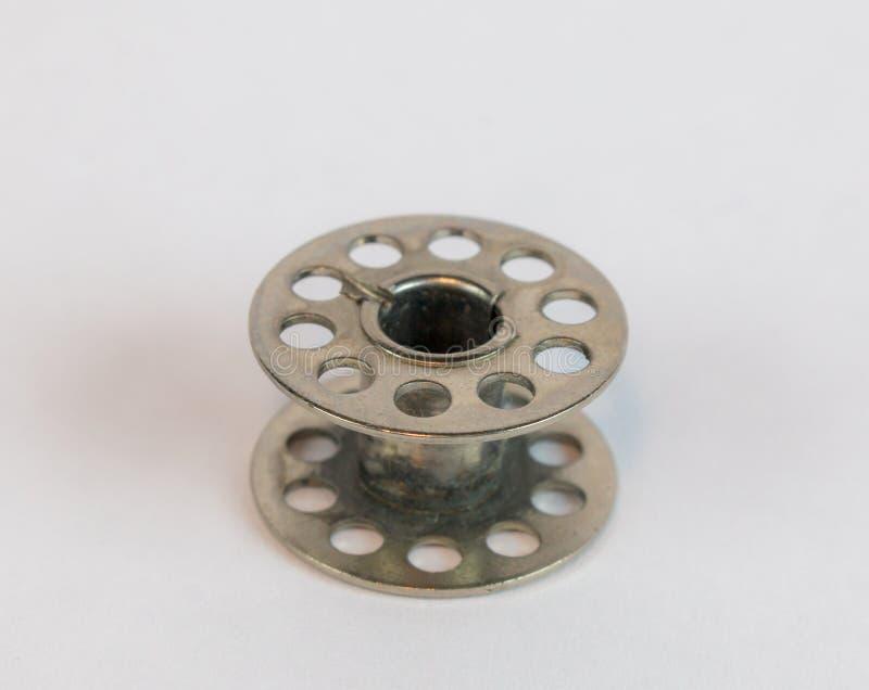 Bianco d'argento della bobina della macchina per cucire immagine stock