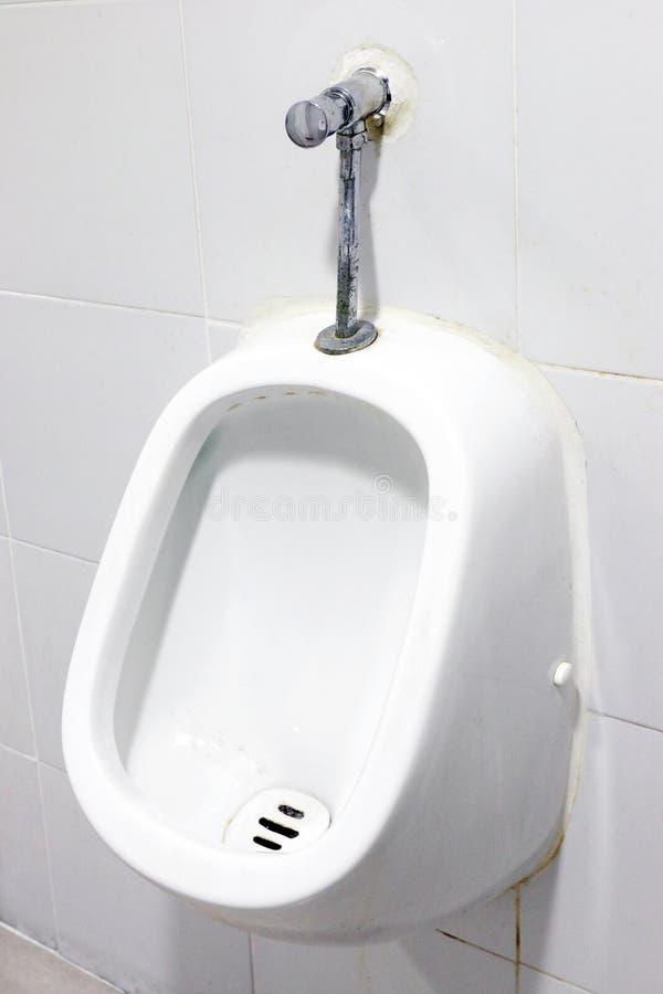 Bianco degli orinali, fine sugli orinali bianchi nel bagno del ` s degli uomini, orinali ceramici bianchi per gli uomini nella st immagini stock