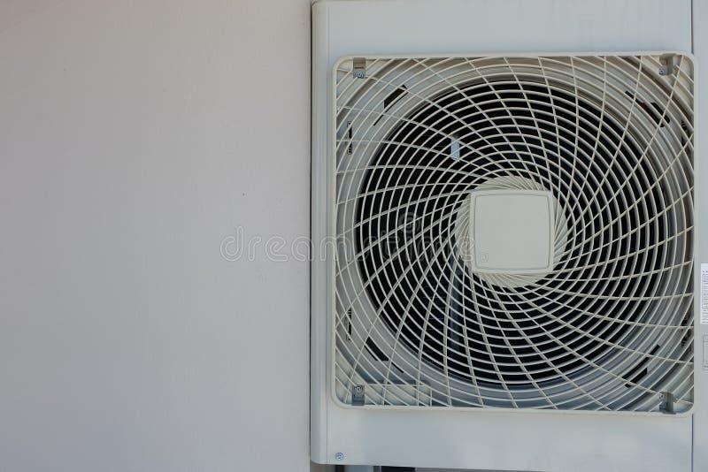 Bianco dei compressori d'aria attaccato alla parete immagini stock