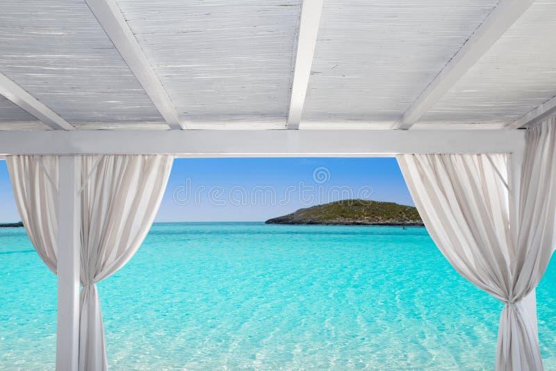 Bianco del Gazebo in spiaggia di Formentera Ibiza fotografia stock libera da diritti