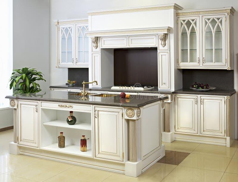 bianco della cucina dell'isola fotografia stock