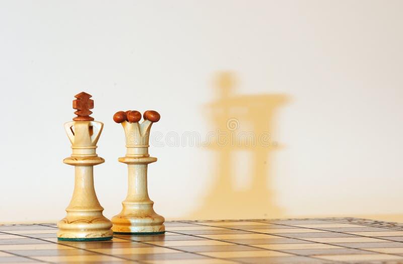 Bianco della regina e del re con le ombre fotografia stock libera da diritti
