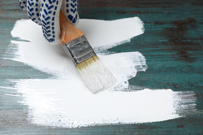 Bianco di superficie di legno dell'alzavola della pittura della persona fotografia stock