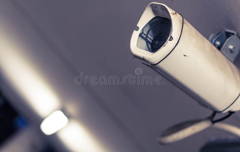 Bianco e Gray Surveillance Camera in macrofotografia fotografia stock libera da diritti