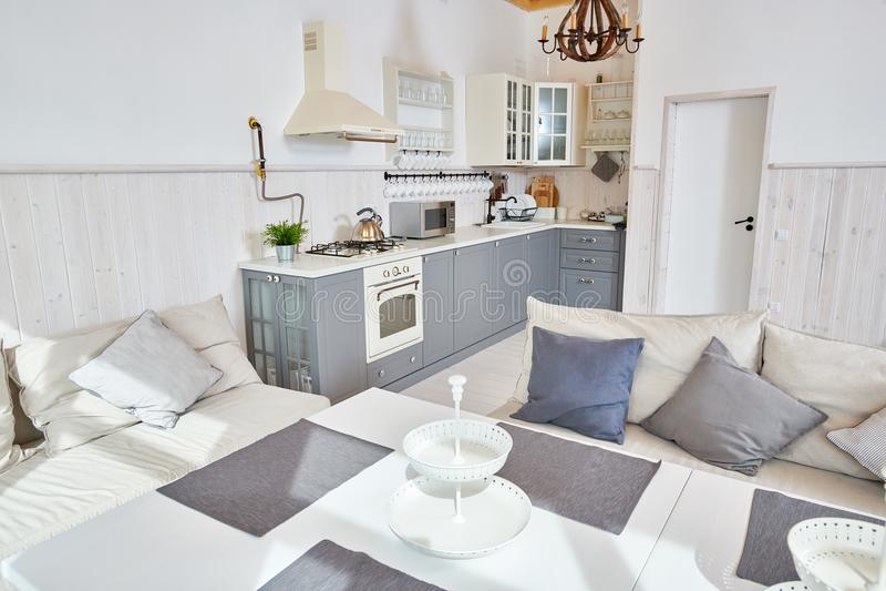 Bianco e Grey Open Kitchen Interior fotografie stock