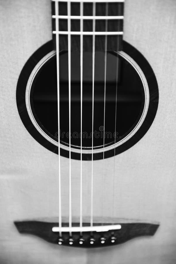 Bianco e nero del dettaglio della chitarra fotografie stock libere da diritti