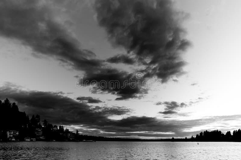 Bianco e nero del tramonto al parco della spiaggia di Meydenbauer a Bellevue, Washington, Stati Uniti immagine stock libera da diritti