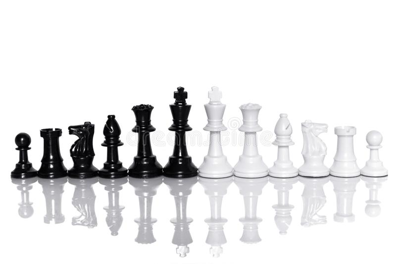 In bianco e nero di scacchi su fondo bianco Capo e concetto di lavoro di squadra per successo fotografie stock