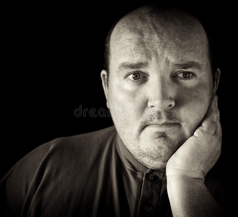 In bianco e nero di un maschio nei suoi anni 30 di peso eccessivo fotografia stock