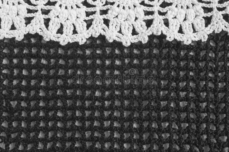 In bianco e nero fatti a mano lavorano all'uncinetto il modello della struttura fotografia stock libera da diritti