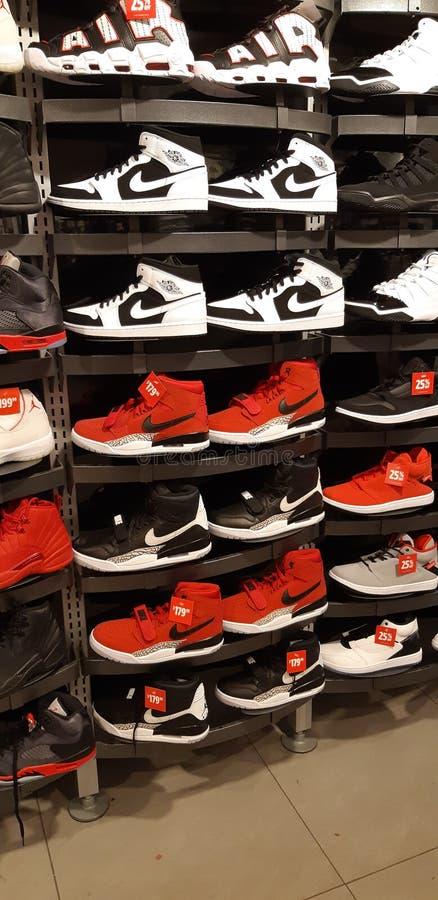 Bianco nero rosso del Canada del footlocker di marca di sport di Nike hightop appena farlo fotografie stock libere da diritti