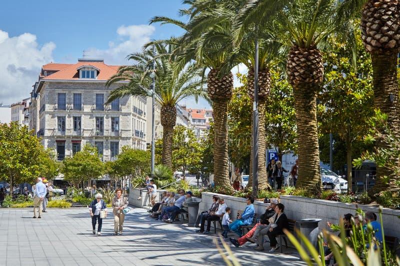 Biarritz, France, les gens se reposant sur des bancs à la nuance des arbres photos stock