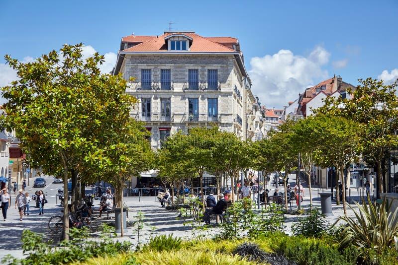 Biarritz, France, les gens se reposant sur des bancs à la nuance des arbres image stock
