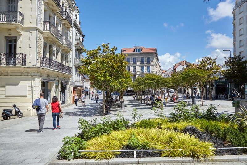 Biarritz, France, touristes, les gens se reposant sur des bancs à la nuance des arbres images libres de droits