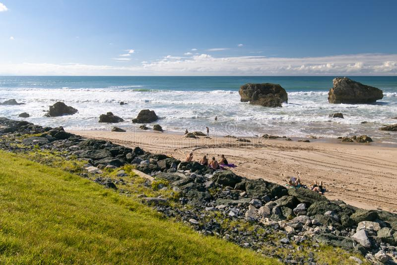 Biarritz Francja, Wrzesień, - 13, 2018: ludzie cieszy się siedzieć na piaskowatej plaży z pięknym widokiem i słońcu na linii brze obrazy royalty free