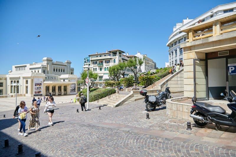 Biarritz Frankrike, trottoar, gata som leder till promenaden som går folk, kasinobyggnad royaltyfria bilder