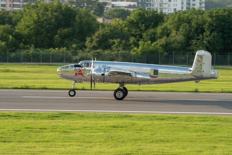 BIAS toont de internationale lucht van Boekarest, NOORDAMERIKAANS B-25J vliegend de stierenteam van ` MITCHELL ` stock afbeelding