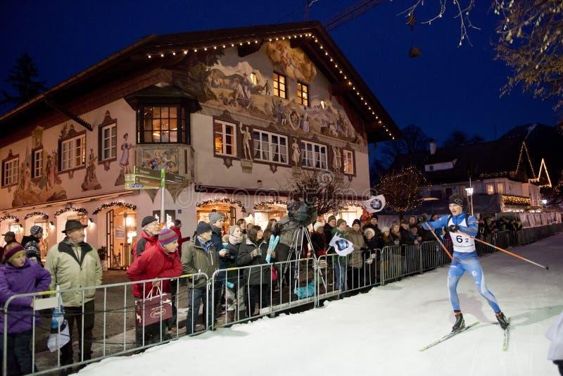 Biathlonskidåkare i Garmish-Partenkirchen arkivfoton