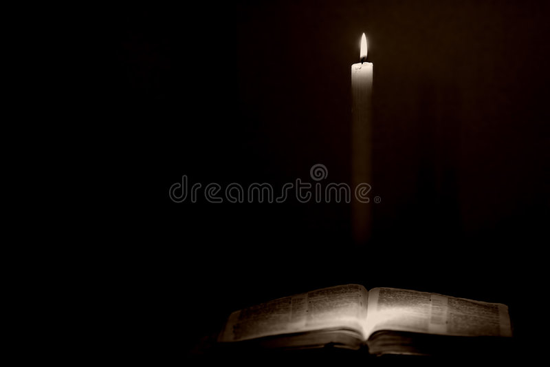 Bibbia & candela fotografie stock libere da diritti