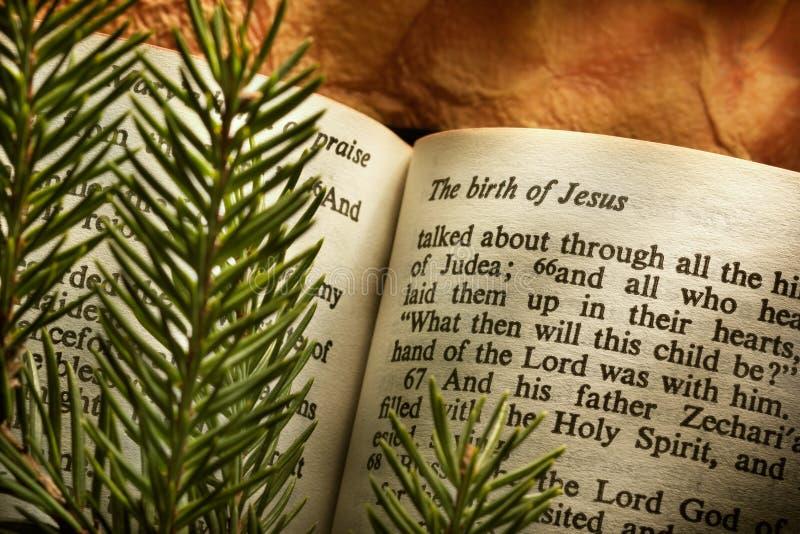 Bibbia aperta al passaggio di Natale immagini stock libere da diritti