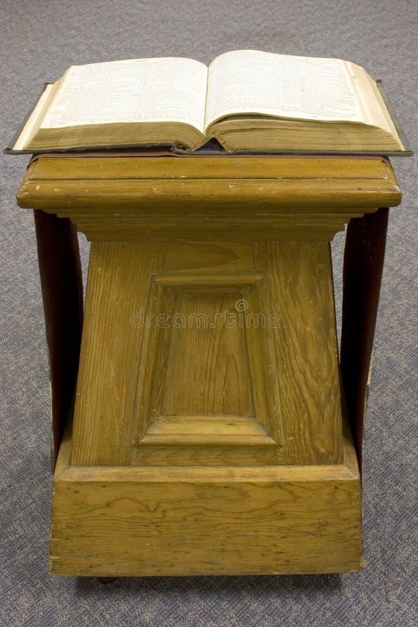 Bibbia Aperta Sul Vecchio Basamento Del Pino. Immagine Stock