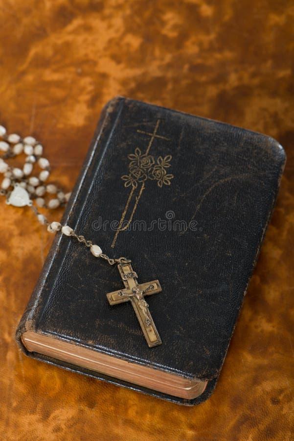 Bibbia con il rosario immagine stock libera da diritti