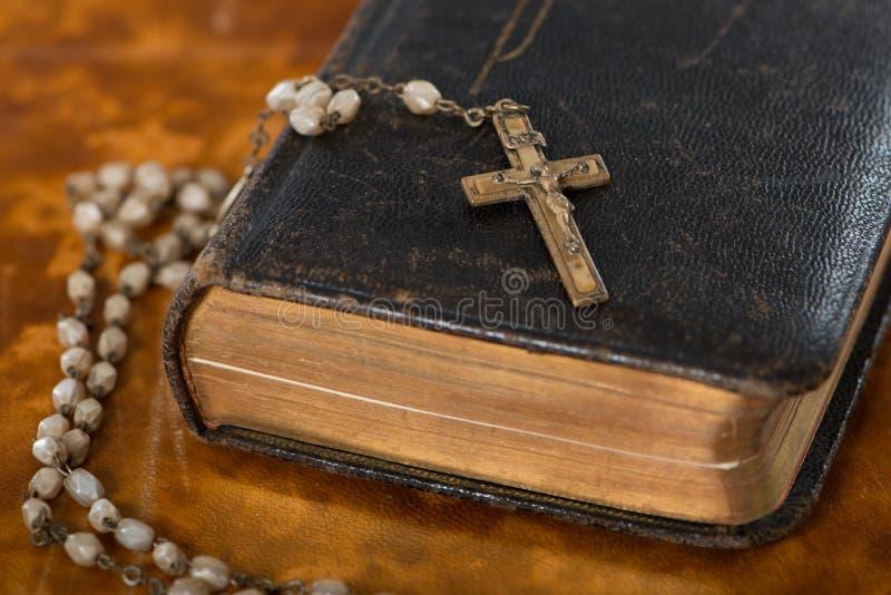 Bibbia con il rosario immagine stock