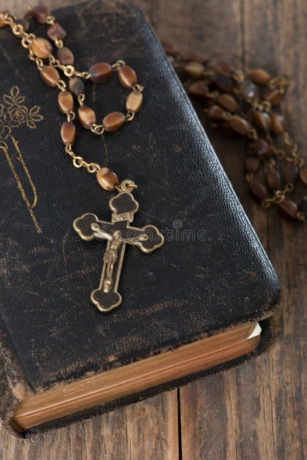 Bibbia con il rosario fotografia stock
