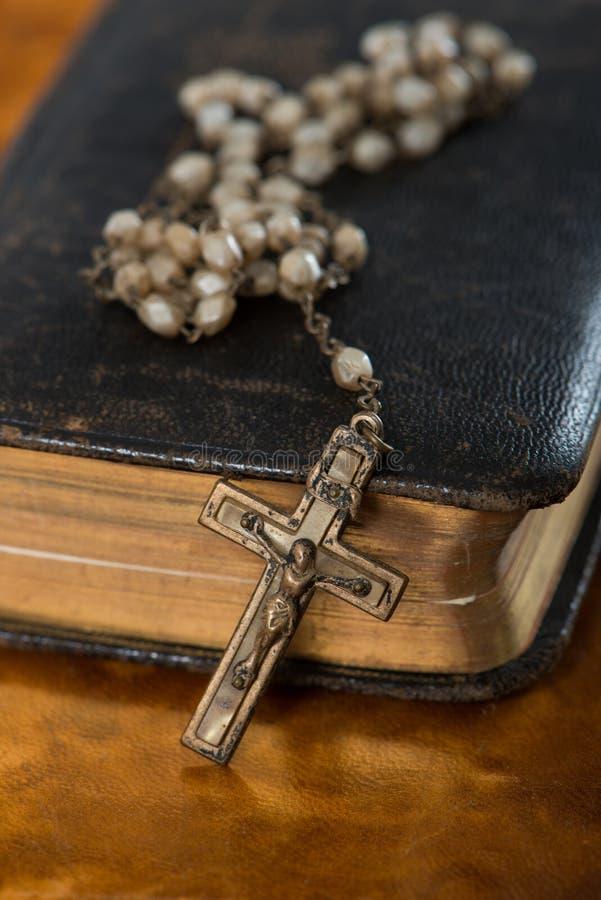 Bibbia con il rosario immagini stock libere da diritti