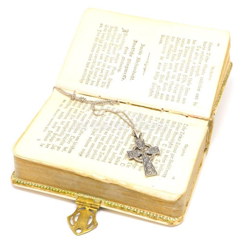 Bibbia con l'incrocio immagine stock
